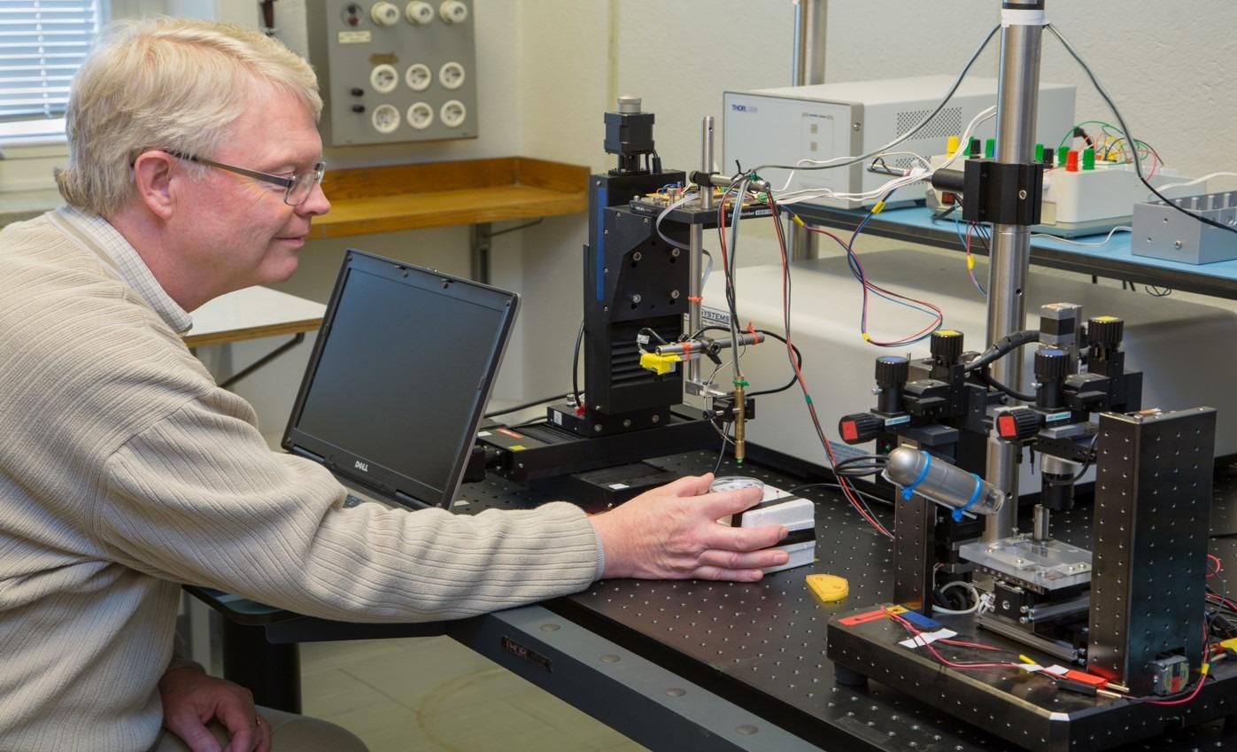 Olof Lindahl sitter vid instrumentet i ett laboratorium